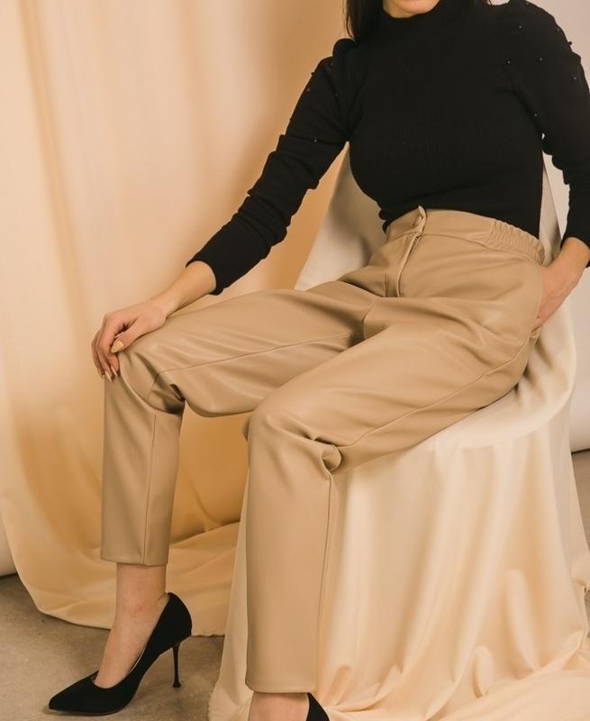 Шикарные кожаные брюки штаны бежевые с высокой талией на резин...