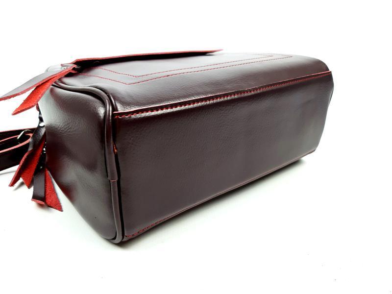 Женская кожаная сумка бочонок бордового цвета - Фото 6