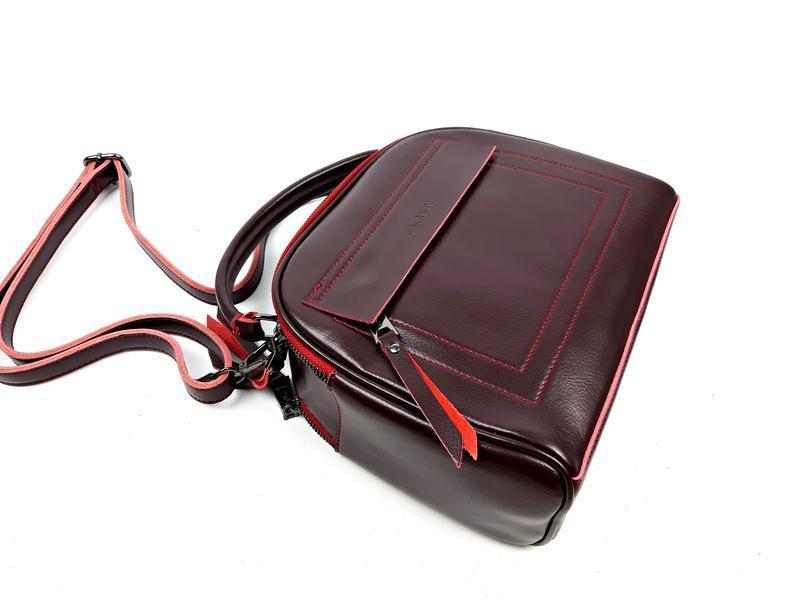 Женская кожаная сумка бочонок бордового цвета - Фото 7