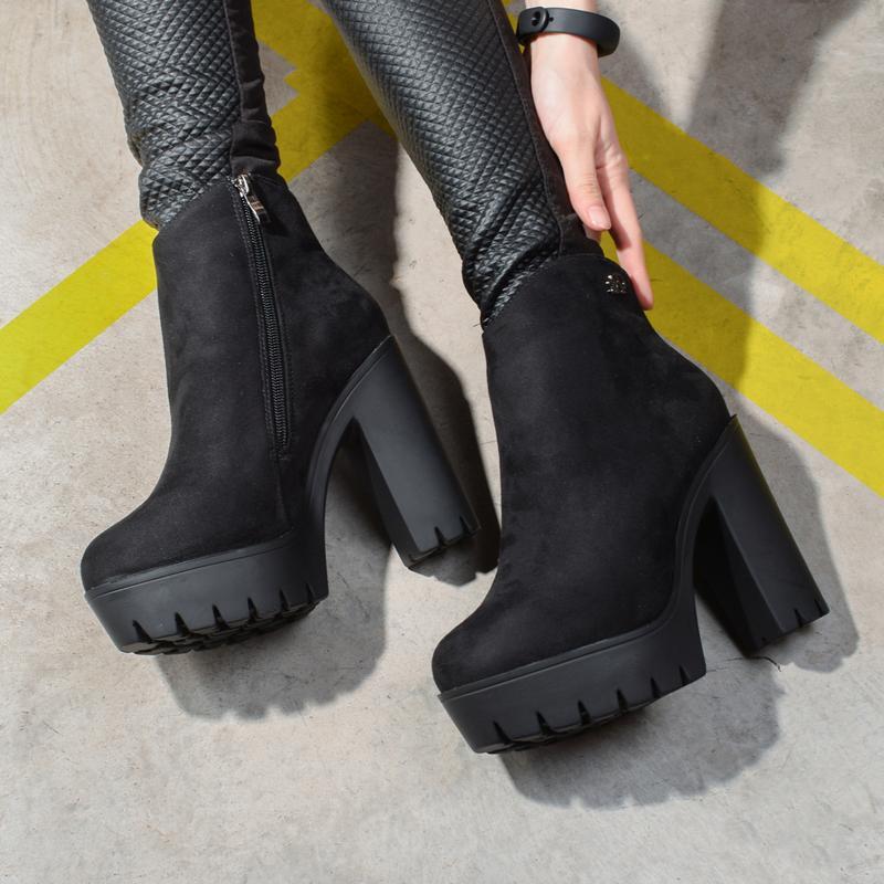 Зимние ботинки на высоком каблуке