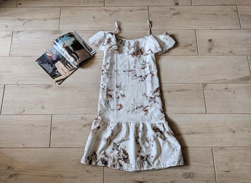 Стильное легкое платье сарафан с открытыми плечами оборкой вни...