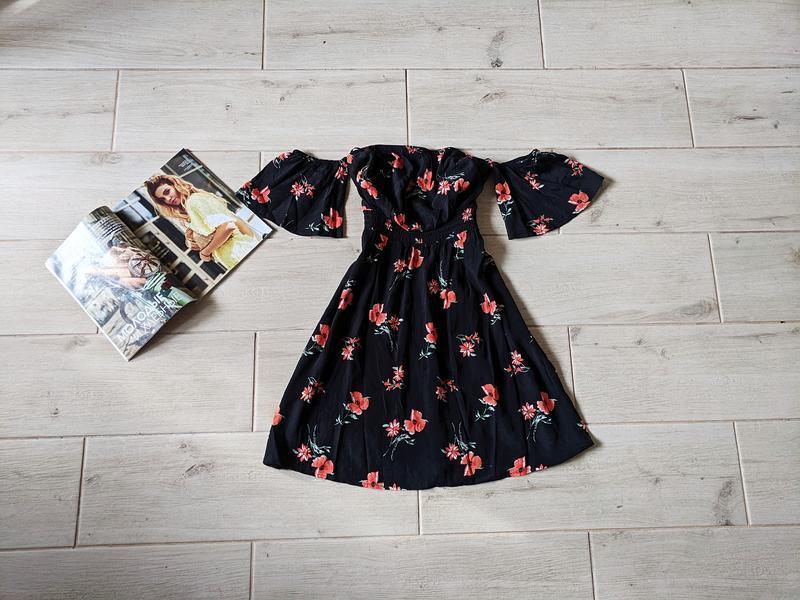 Красивое платье с открытыми плечами в цветочный принт s m