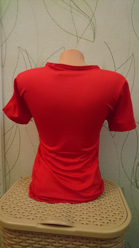 Спортивная футболочка красного цвета - Фото 4