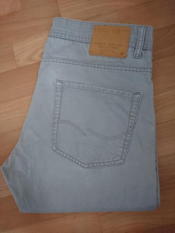 Светло серые мужские джинсы