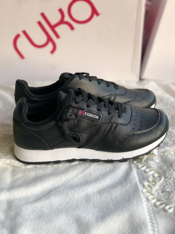 Спортивные черные кроссовки