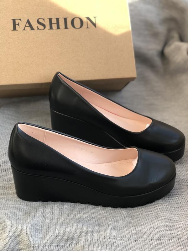 Черные туфли лодочки на танкетке