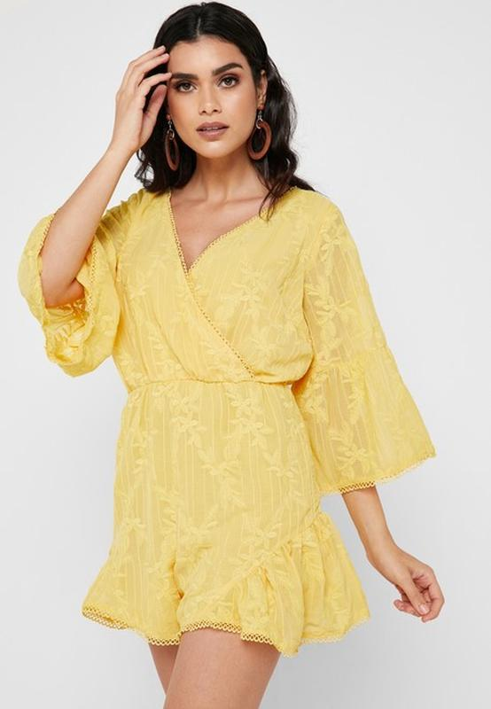 Желтый комбинезон ромпер с шортами и вышивкой lost ink