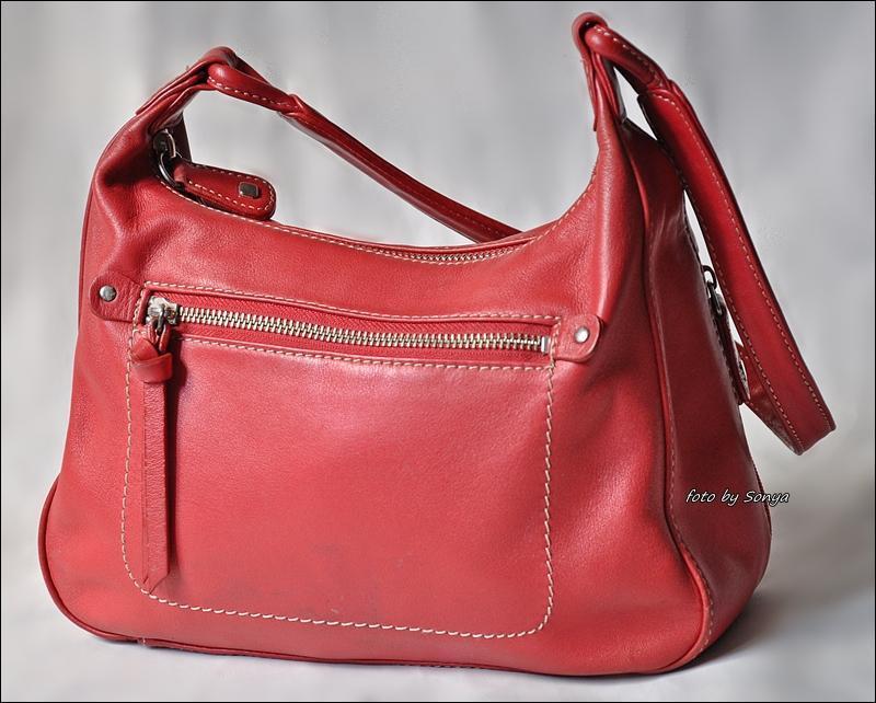 Яркая красная кожаная сумка