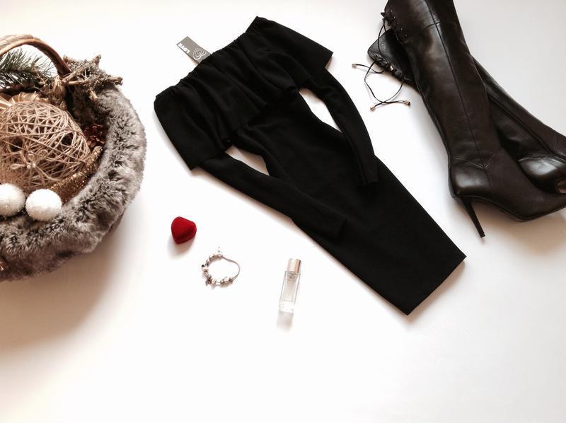 Чёрное платье мини с открытыми плечами с воланом