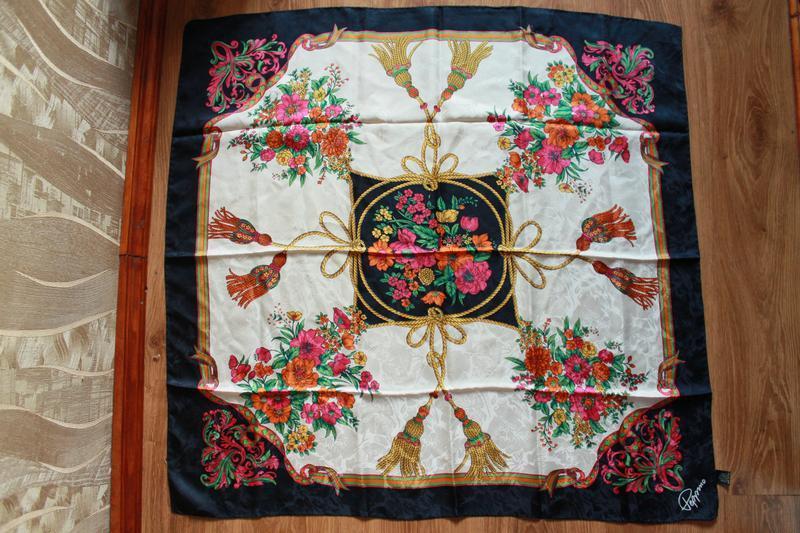 Прекрасный цветастый итальянский шелковый платок с красивым уз...