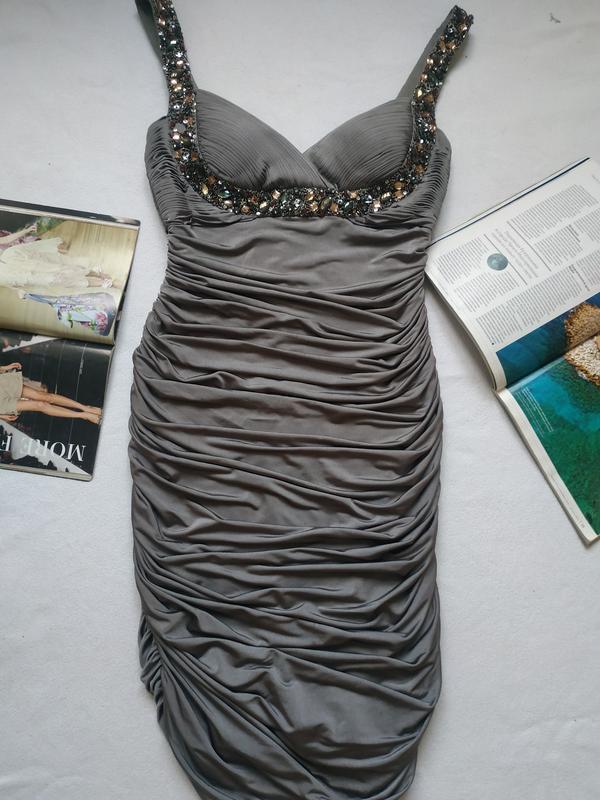 Красивое вечернее платье с камнями с выделенной зоной декольте...