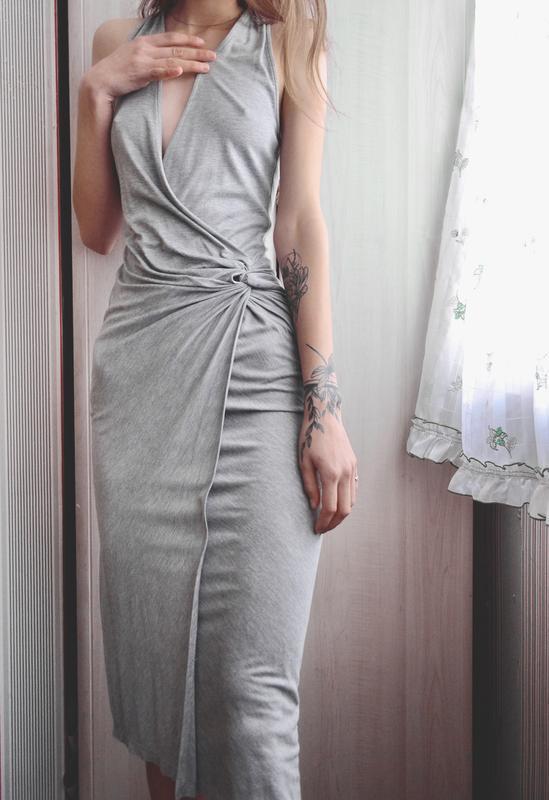 Эффектное платье с глубоким вырезом h&m нюанс