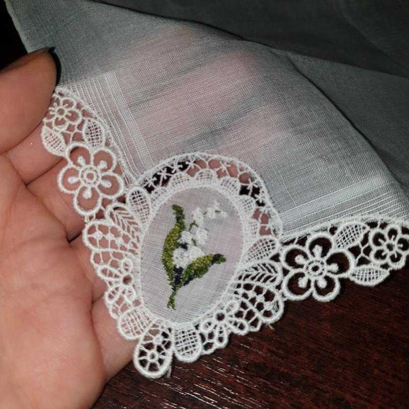 Винтажный батистовый платок с вышивкой ландыша.