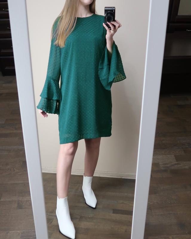 Изумрудное платье прямого кроя с воланами на рукавах