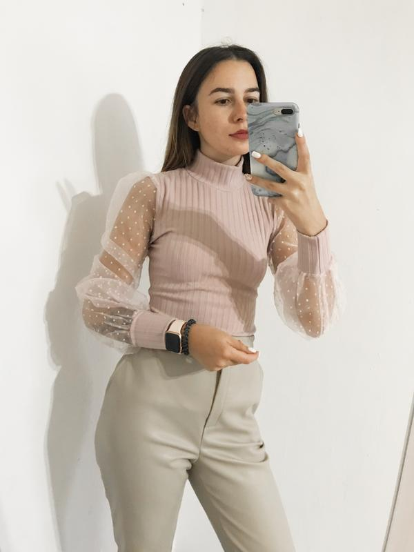 Нежный розовый гольф с фатиновыми рукавами
