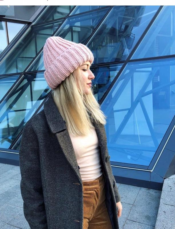 Женская вязаная шапка с подворотом