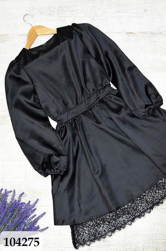 Черное платье из легкого атласа с кружевным низом