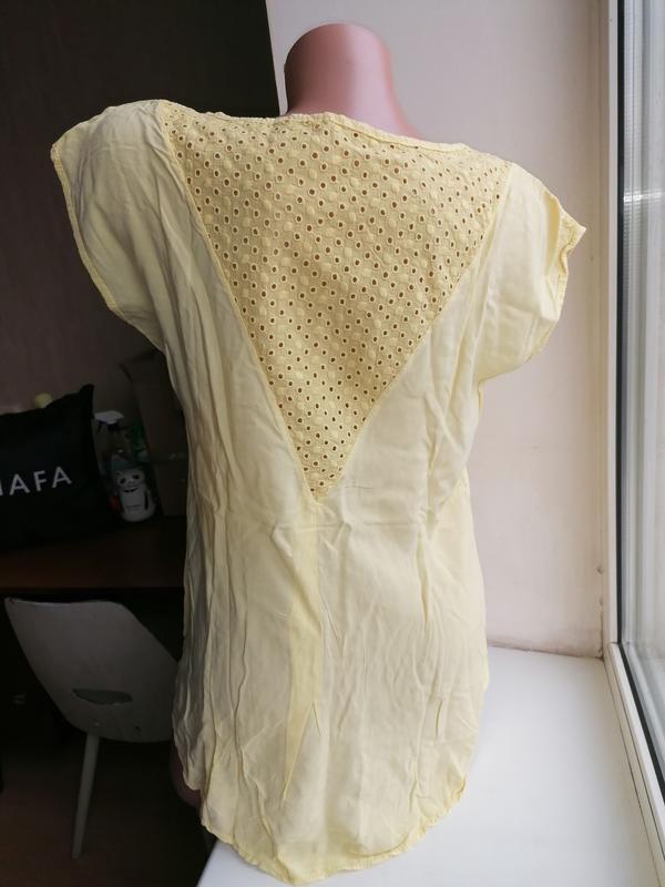 Легкая летняя натуральная желтая блузка с перфорацией и удлине...
