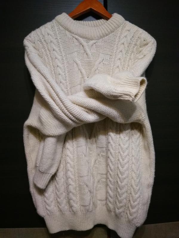 Объёмный шерстяной свитер  молочного цвета с широкими рукавами