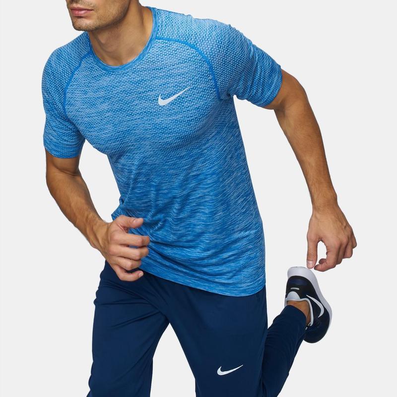 Яркая легкая спортивная футболка nike