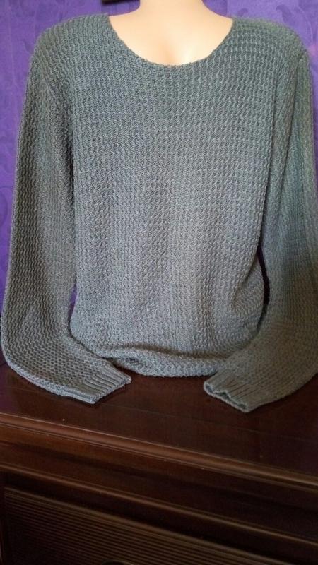 Серый вязаный мужской  свитер.