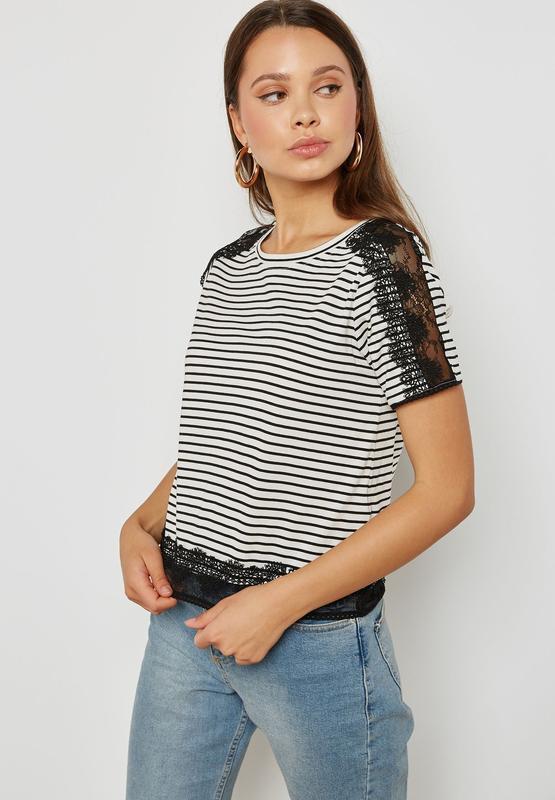 Трендовая стильная футболка в полоску с кружевной отделкой