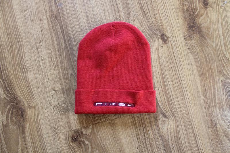 Стильная красная унисекс шапка с большой надписью nike
