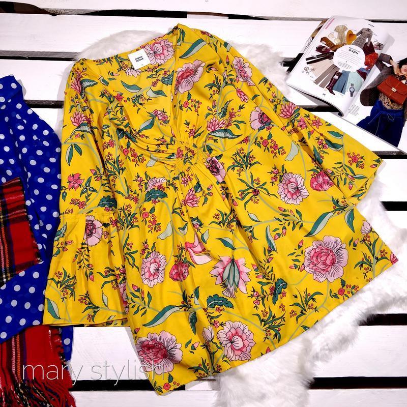 Желтая красивая блузка с воланами