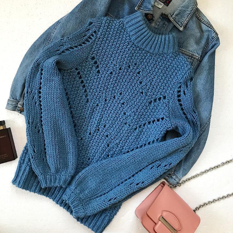 Актуальный тёплый объемный вязаный свитер оверсайз