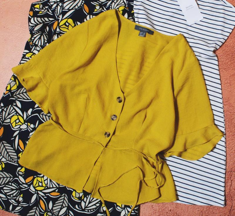 Горчичная блуза с актуальными пуговицами под дерево