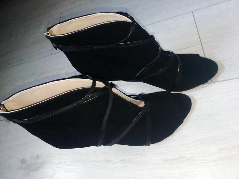 Стильные изящные открытые ботинки с переплетом