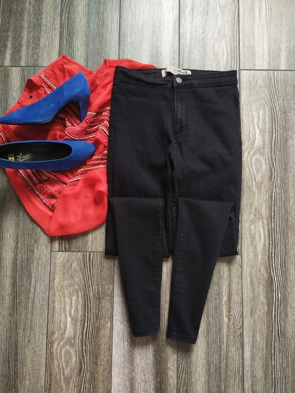 Стильные джинсы скинни с высокой посадкой талией