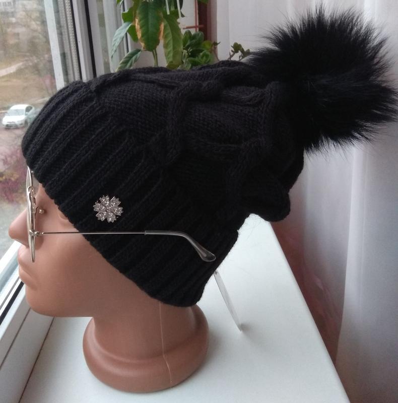 Новая стильная шапка с натуральным бубоном (на флисе), черная