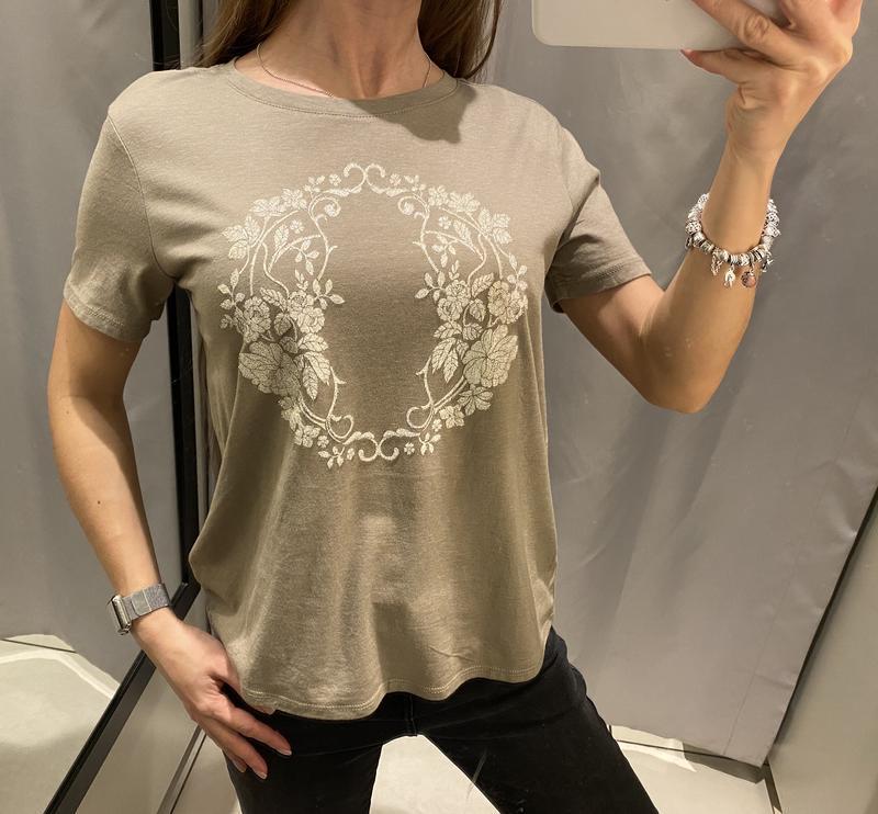 Бежевая футболка с красивым принтом reserved есть размеры