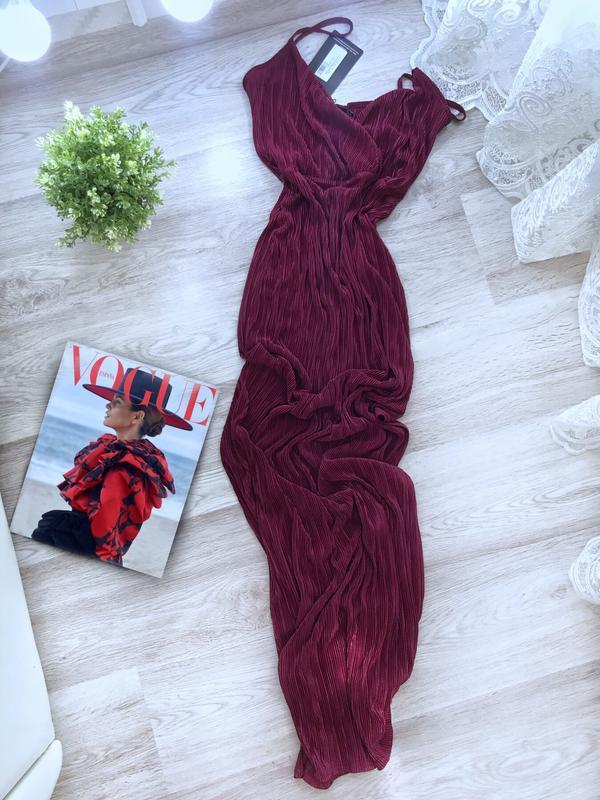 Плиссированное платье сарафан в пол на запах pretty little thing