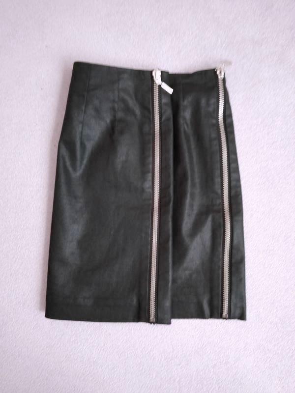 Чёрная юбка под кожу с молниями по бокам