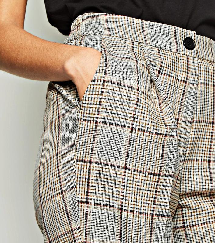 Модные зауженные брюки в клетку с карманами на удобной резинке...