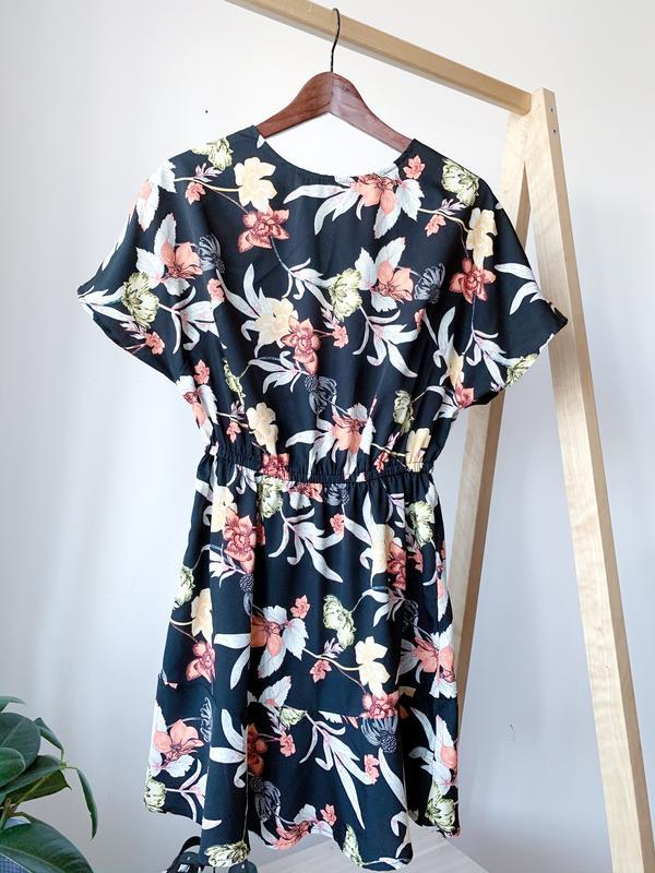 Чорна сукня в квіти
