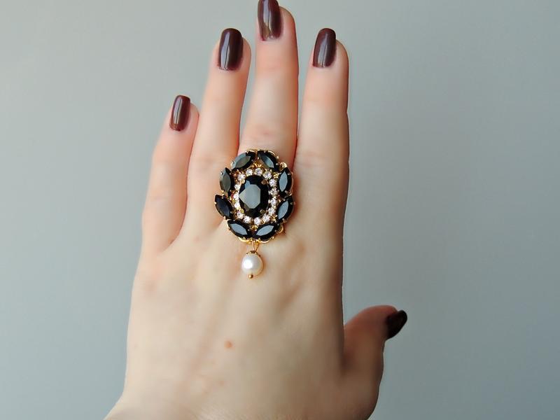 Изысканное кольцо с кристаллами.