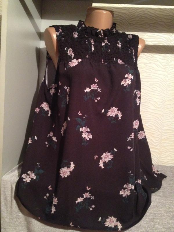 Блуза без рукавов с цветочным принтом.085