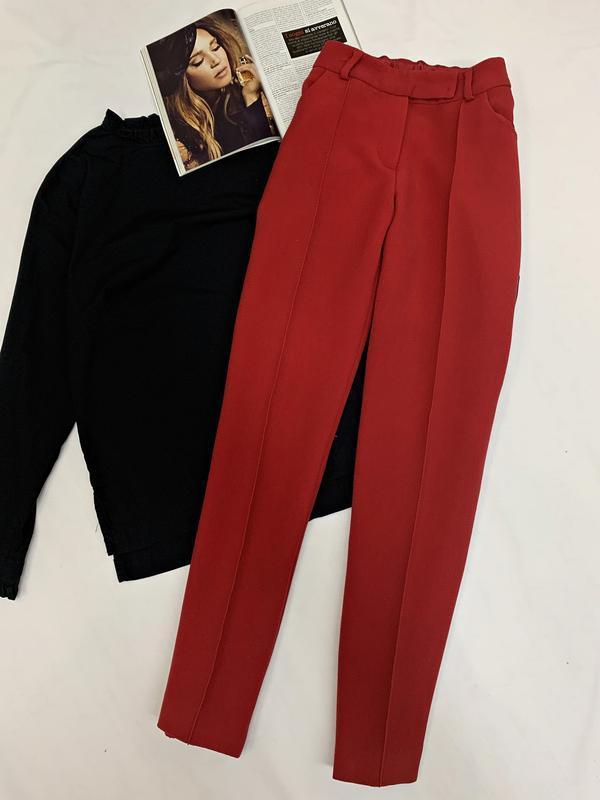 Стильные брюки классического красного цвета