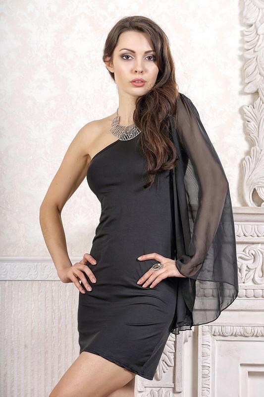 Маленькое черное платье с одним рукавом