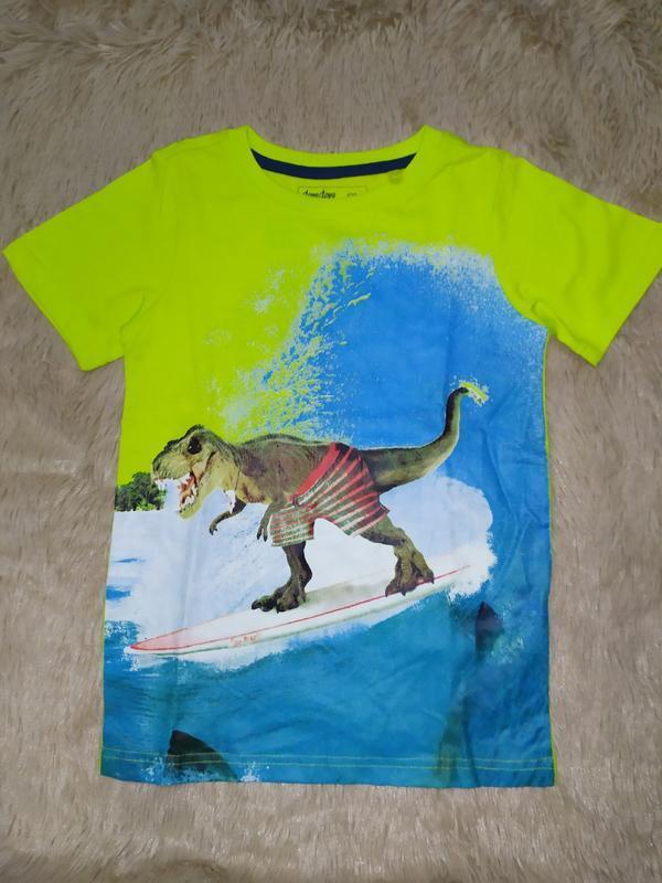 Яркая футболка с динозавром