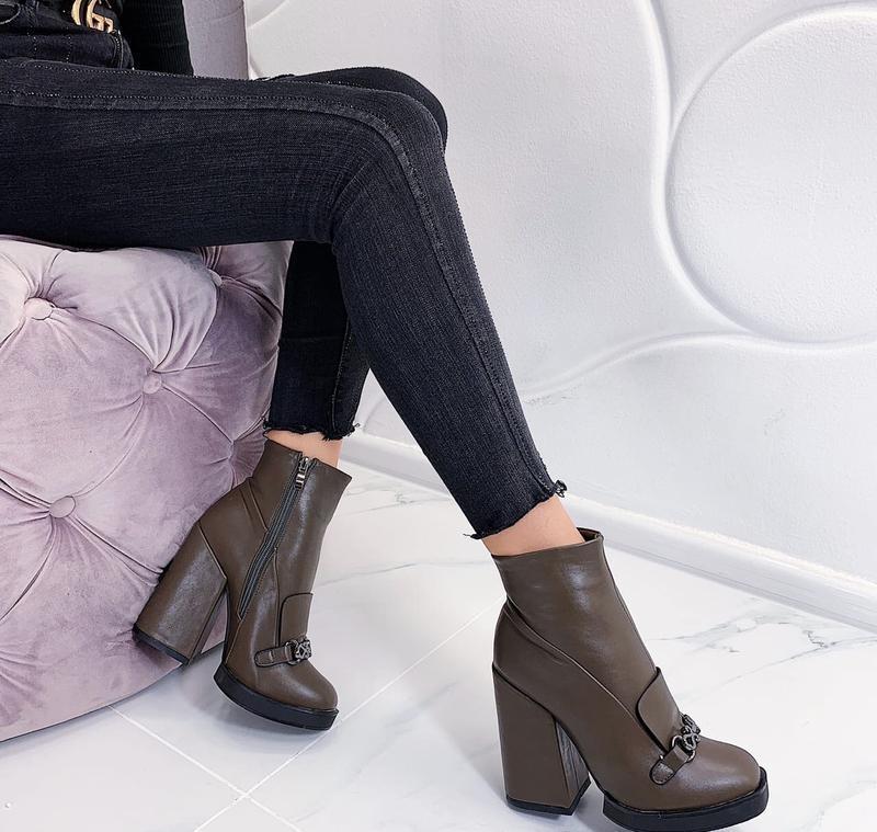 Новые женские демисезонные коричневые ботинки ботильоны