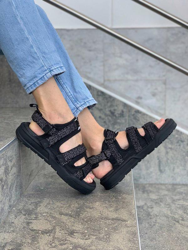Стильные рефлективные женские сандалии new balance в черном цв...