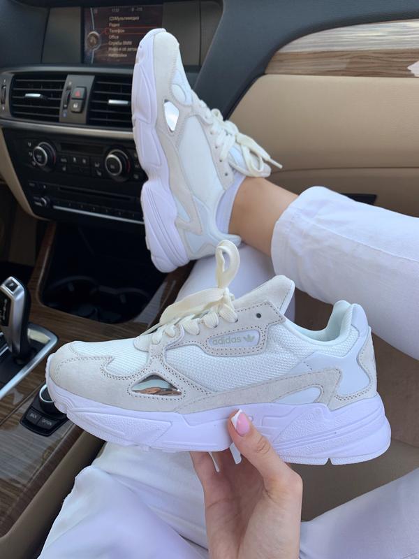 Шикарные замшевые кроссовки adidas falcone в белом цвете (весн...