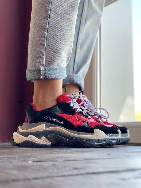 Шикарные кроссовки в массивном дизайне в красном цвете (весна-...