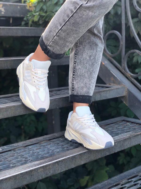 Стильные спортивные кроссовки adidas в бежевом цвете (весна-ле...