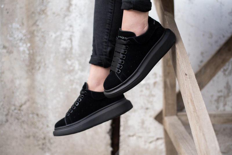 Замшевые полностью черные кроссовки alexander mcqueen (весна-л...