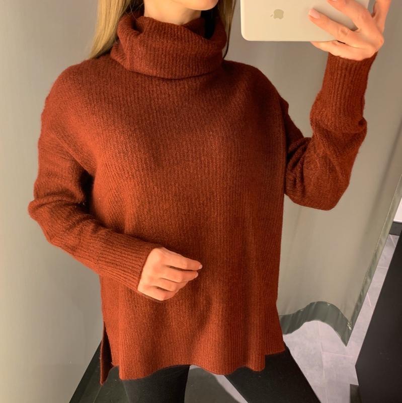 Тёплый коричневый свитер под горло amisu есть размеры